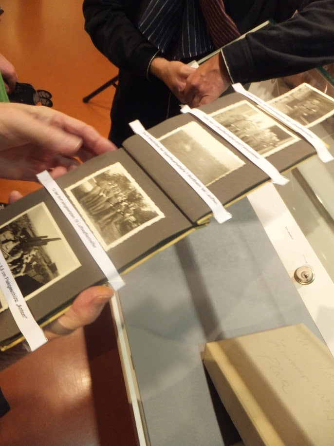 Fotoalbum mit Bildern vom Alltag der Soldaten und Luftwaffenhelfer an der Scheinanlage, fotografiert von Reinhard Betsch.